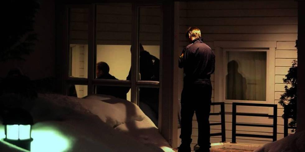 Bildet viser politifolk som går inn i den nå dømte mannens hjem i januar i år. En polithund snuste seg fram til våpenet han hadde gjemt i veggen. Nå er han dømt til 17 års fengsel.
