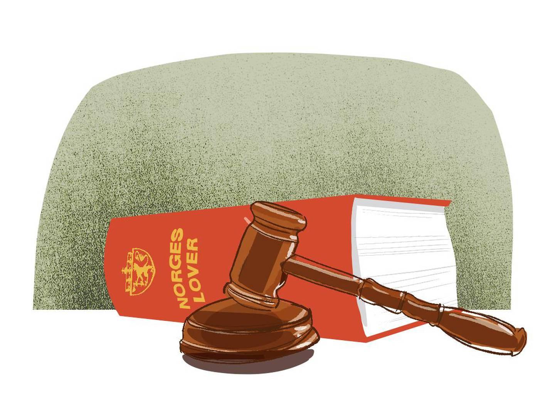Bildet er en illustrasjon over en samling av Norges lover og en dommerklubbe.