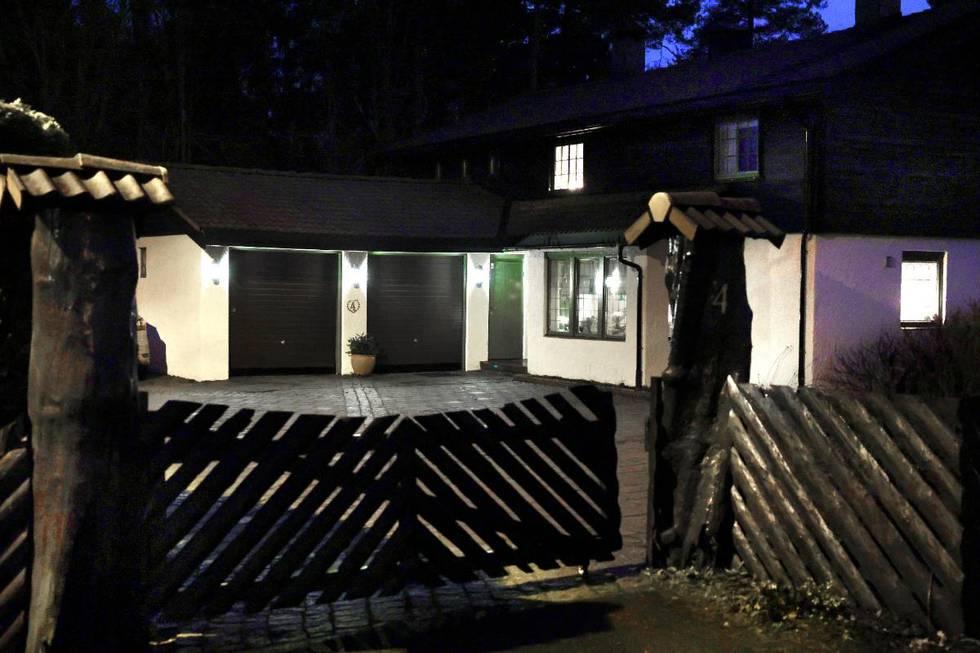 Bildet er av et hvitt hus med mørkt tak. Det er et gjerde rundt tomta. Huset er det siste stedet Anne-Elisabeth Hagen ble sett for 2,5 år siden.