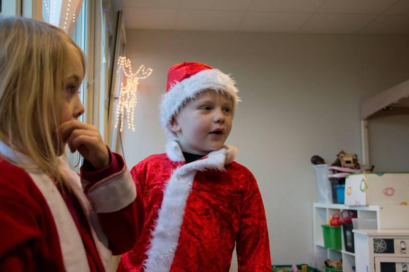 Bildet viser to barn i nissekostymer i barnehagen. De heter Mina og Brage.