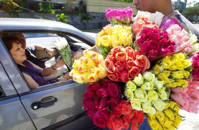 EL SALVADOR: En selger sørger for at folk får kjøpt roser. Bildet er fra El Salvador.
