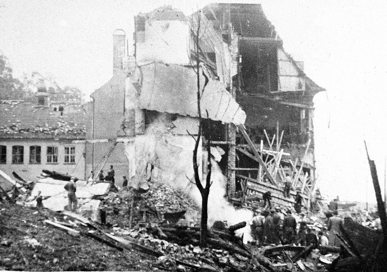 Bildet viser redningsfolk som jobber i ruinene av Holen skole.  Britene skulle bombe en ubåt-bunker på Laksevåg i Bergen. Bombene traff isteden blant annet Holen skole. 61 elever og voksne ved skolen døde.
