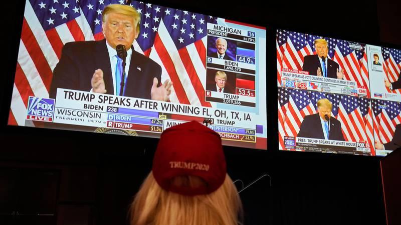 Bildet viser en Trump-tilhenger som følger valget på TV.