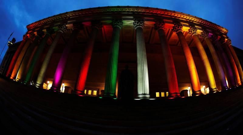 Bildet viser lys i regnbuens farger på  St Georges Hall i Liverpool i England.