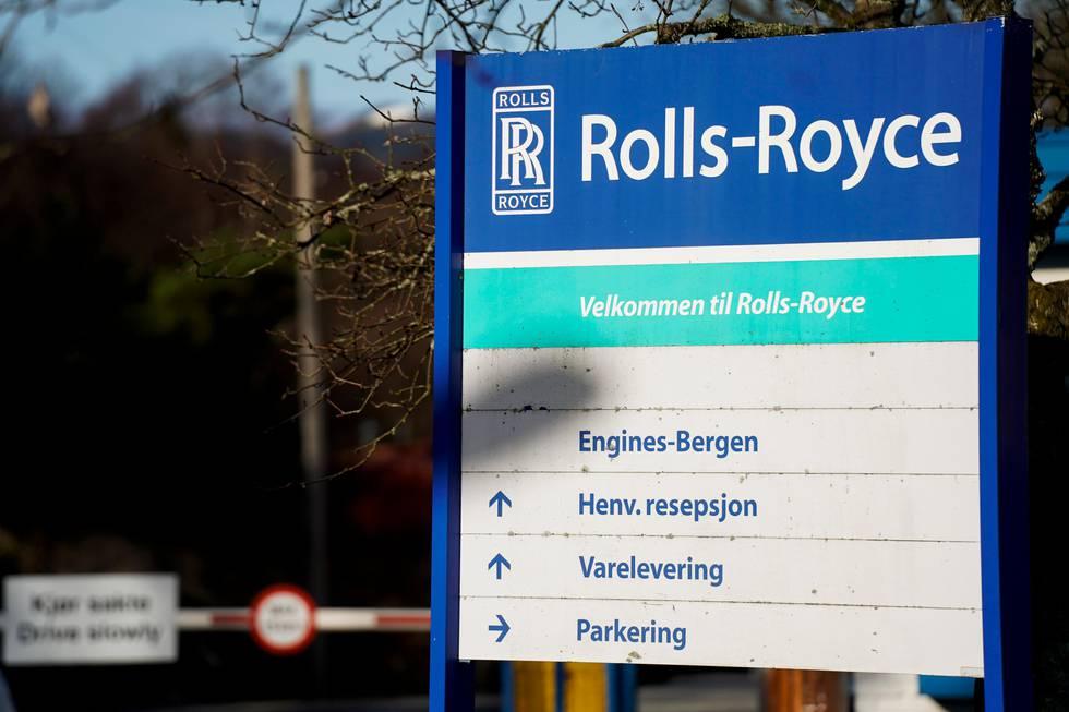 Bildet er av inngangsporten til Bergen Engines. Logoen til eieren Rolls-Royce er øverst på skiltet utenfor.