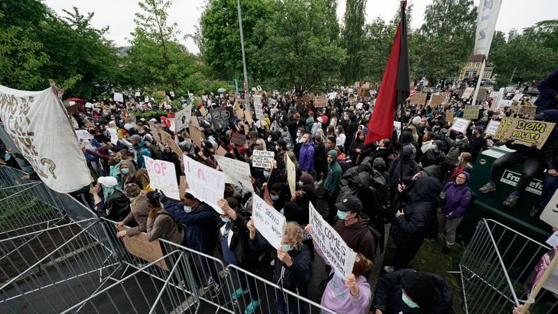 Bildet viser mange folk som demonstrerer etter George Floyds dødsfall.