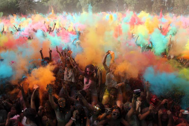 Revelers throw coloured powder in the air during the Holi Festival of Colors, in Lisbon, Sunday, Sept. 14 2014. The festival is fashioned after the Hindu spring festival Holi, which is mainly celebrated in some regions of India and Nepal. (AP Photo/Francisco Seco) / TT / kod 436