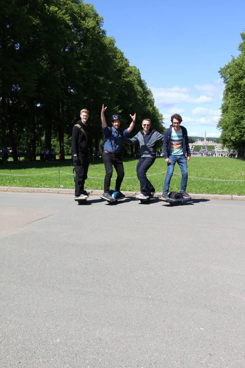 Bildet viser fire venner på etthjulinger. Fra venstre: Emil Vollset, Nicholas Kristoffersen, Frederik Strindberg og Simsek Mustafa.