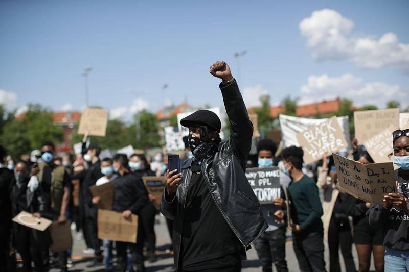 Bildet viser demonstranter i Göteborg i Sverige.