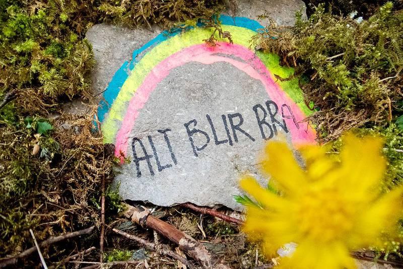 Bildet viser en stein med en påmalt regnbue og teksten alt blir bra.