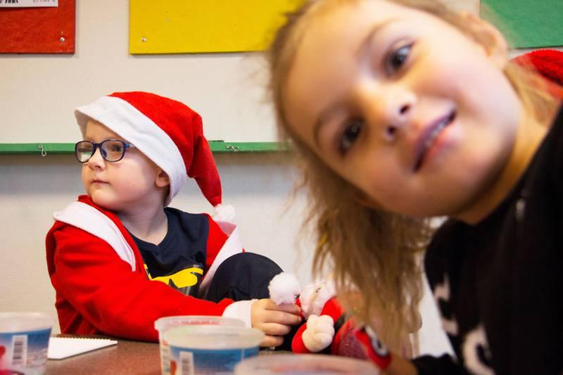 Bildet viser to barn i barnehagen Carpe Diem.
