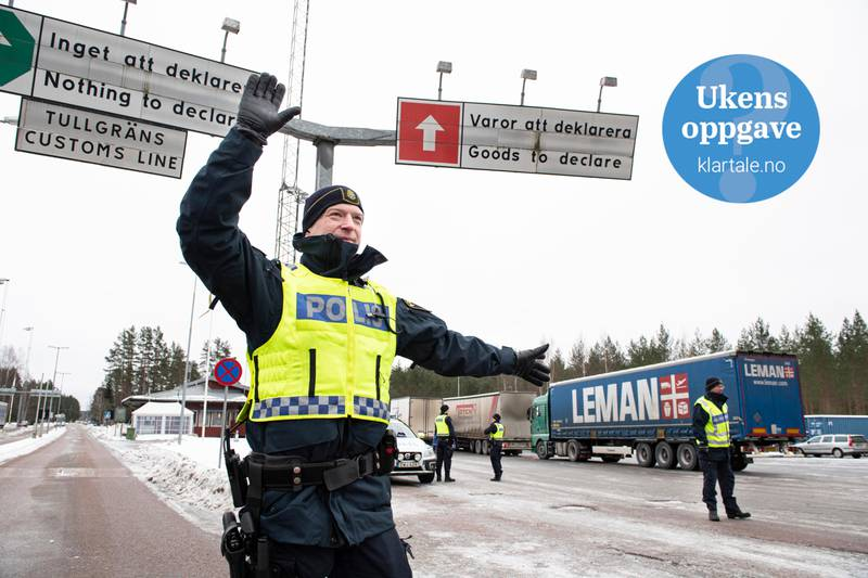 Bildet er av en svensk politimann. Han holder vakt på grensa. I bakgrunnen står en trailer og en annen politimann.