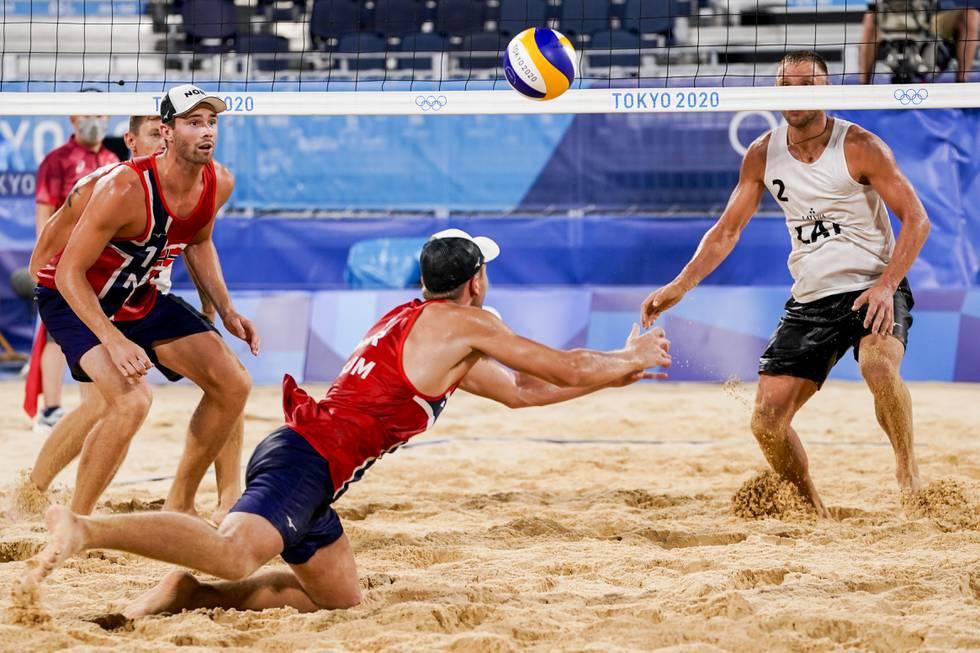 Bildet viser Anders Mol og Christian Sørum under semifinalekampen i sandvolleyball mellom Norge og Latvia i OL i Tokyo.