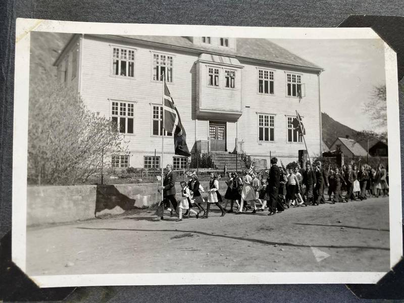 FEIRING: 17.mai-tog på Årdalstangen i 1947. Toget passerer skolehuset. Der bodde Tøren Westerheim Fiveland og familien.