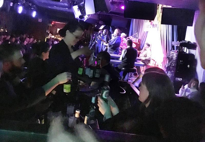 SITTE: Folk sitter ofte på barer og utesteder i New York, som her på jazzklubben Blue Note. I 91 år har det vært forbudt å danse på utesteder i byen.