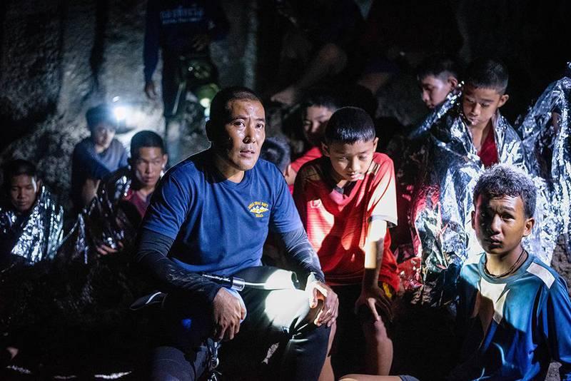 Bildet viser de 12 guttene og treneren deres innestengt i en oversvømt grotte i Thailand i en scene fra filmen.