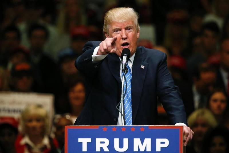 Bildet viser Donald Trump på en talerstol.