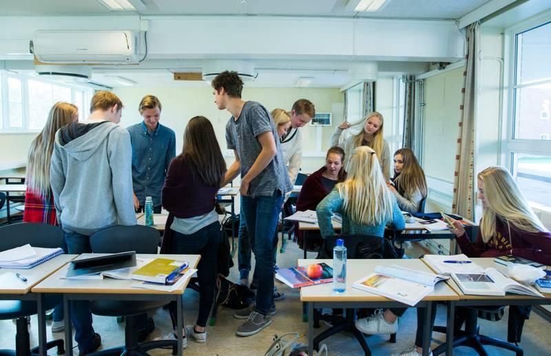 Bildet viser elever i et klasserom. Uro i klasserommet forstyrrer undervisningen. I tillegg gjør det at mange lærere slutter.