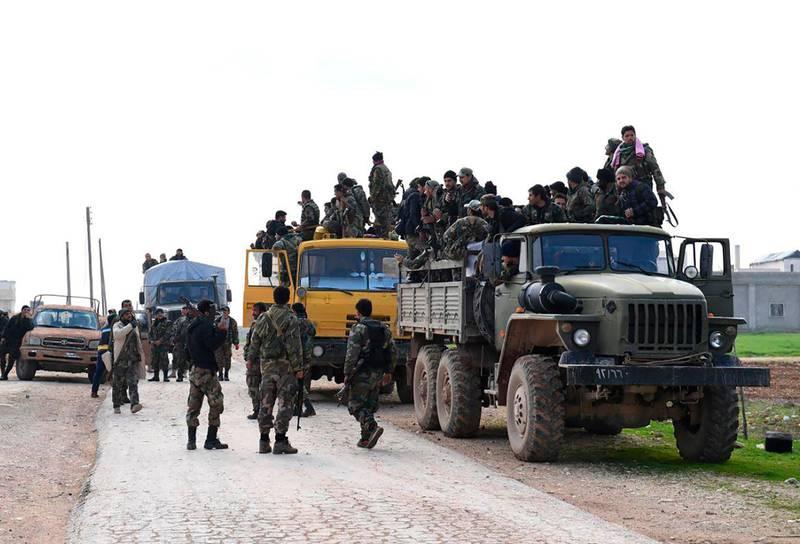 Bildet viser syriske soldater. De støtter den syriske regjeringen. Bildet er tatt i Idlib. Der er det krig mellom de som støtter regjeringen, og de som er mot den.
