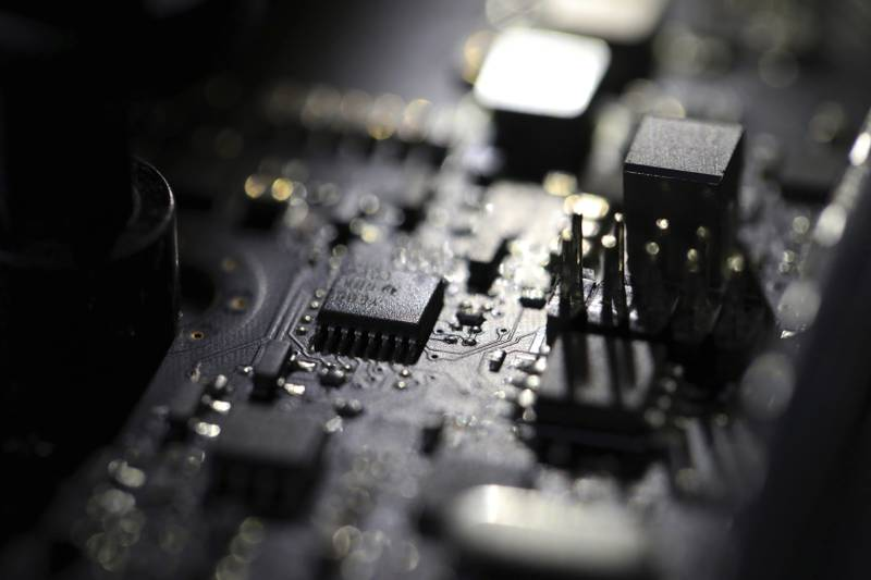 Bildet er et mørkt nærbilde av en mikrochip. Foto: Jerry Kane / AP / NTB