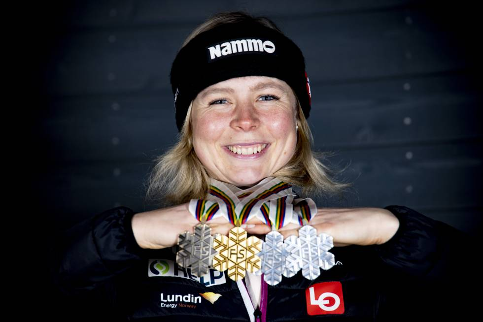 Bildet viser Maren Lundby med fire VM-medaljer.