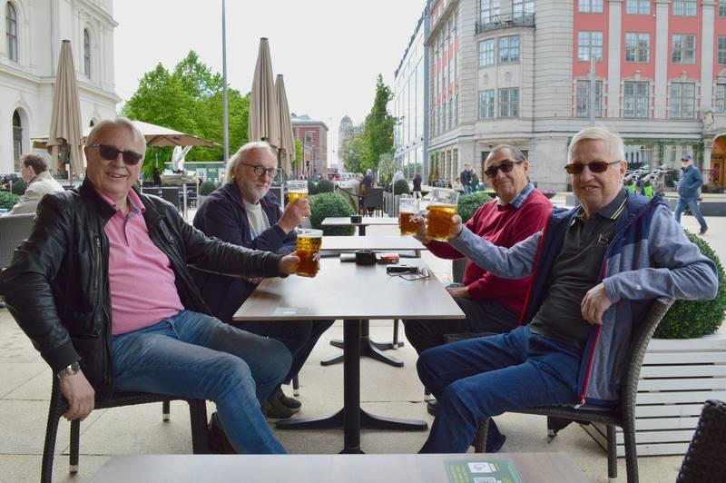 Bildet viser en vennegjeng som drikker øl på uteservering i Oslo.