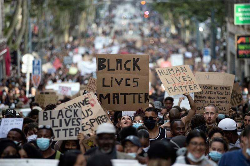 Bildet viser demonstranter i Marseille i Frankrike.