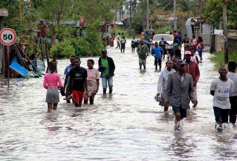 Bildet er fra havnebyen Beira i Mosambik. Det var en syklon som sørget for flom der i januar. Folk står til knærne i vann i gatene.