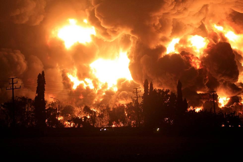 Bildet viser brannen i et indonesisk oljeraffineri