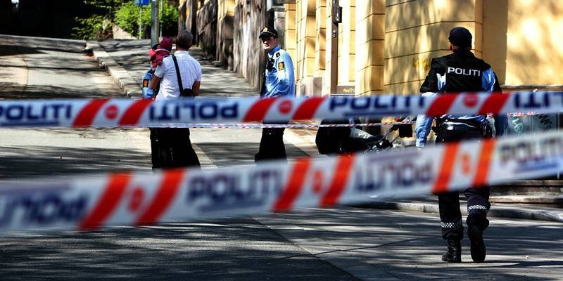 Bildet viser en politimann og politisperringer på Bislett.  To personer ble slukket med kniv på Bilslett i Oslo torsdag.
