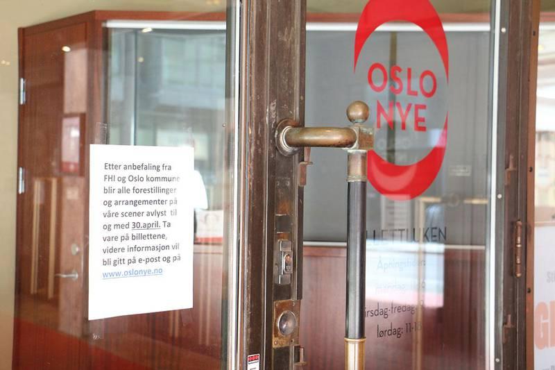 Bildet viser en plakat på døren til Oslo Nye Teater. Der står det at teateret holder stengt.