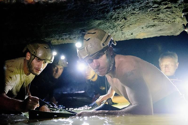 Bildet viser dykkere som redder ut en gutt fra grotten i Thailand i en scene fra filmen.