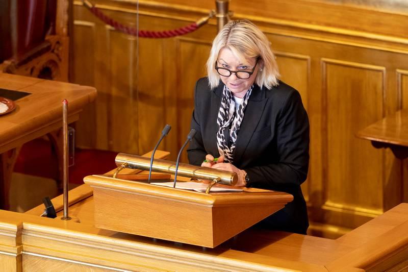 Bildet er av justisminister Monica Mæland. Hun står på en talerstol i Stortinget.