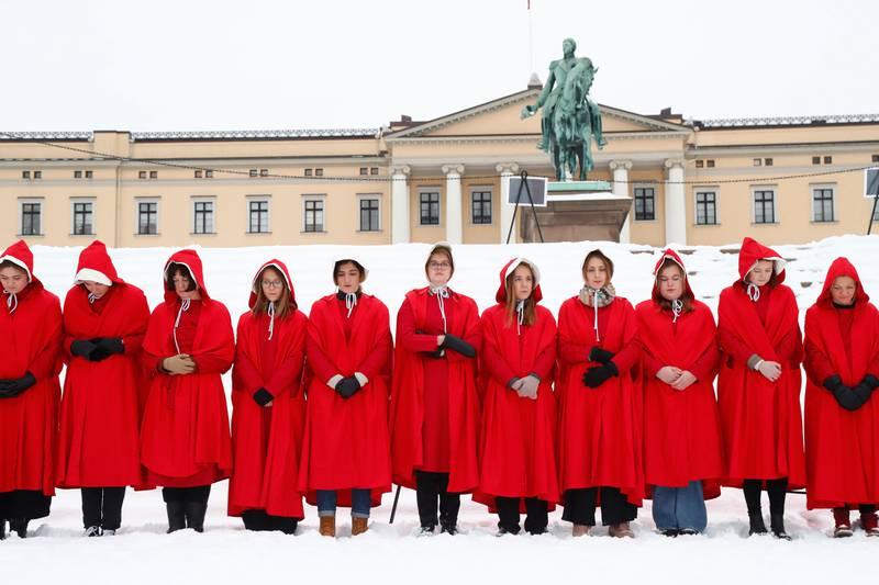 Bildet viser en lang rekke kvinner på Slottsplassen. De har på seg røde kapper og hvite kyser. Det er et kostyme fra nettserien «A Handmaid's tale». Kvinnene protesterte mot den nye regjeringens politikk om abort.