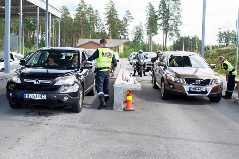 Bildet er av flere biler som står på tollstasjonen på Magnormoen.