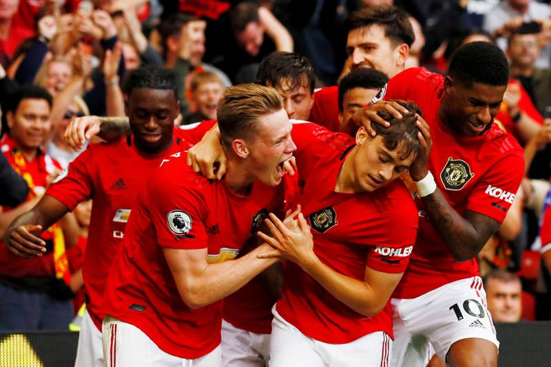 Bildet viser spillere på Manchester United som jubler og klemmer hverandre.
