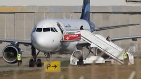 Passasjerer kommer ut av kapret fly