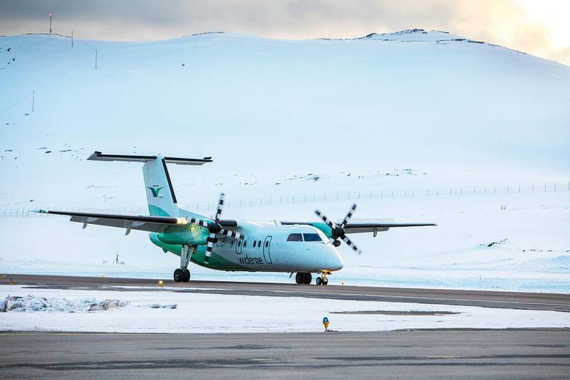 Bildet viser et fly på Hammerfest lufthavn. 21 avganger er innstilt i Nord-Norge. Flyene til Widerøe kan ikke fly på grunn av været.