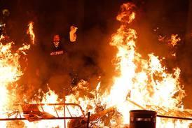Fortsetter med voldsomme demonstrasjoner