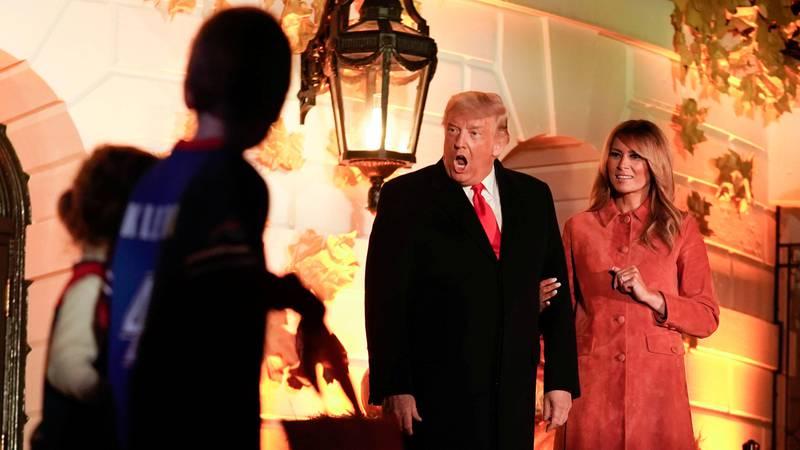 Bildet viser USAs president Donald Trump og kona Melania, som feirer halloween. Det kan se ut som Trump ble litt skremt.