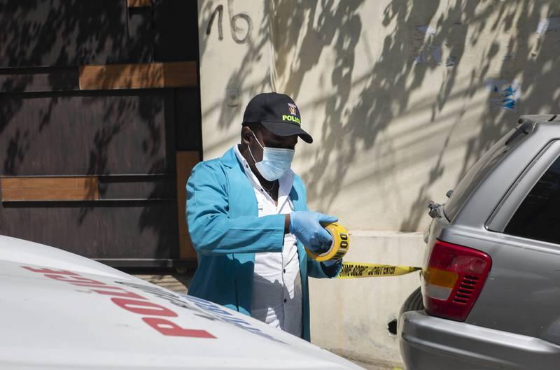 Flere angivelige gjerningspersoner er pågrepet etter attentatet mot Haitis president Jovenel Moïse, opplyser landets regjering. Moïse ble skutt og drept i boligen sin natt til onsdag. Her arbeider politiet på åstedet. Foto: Joseph Odelyn / AP / NTB