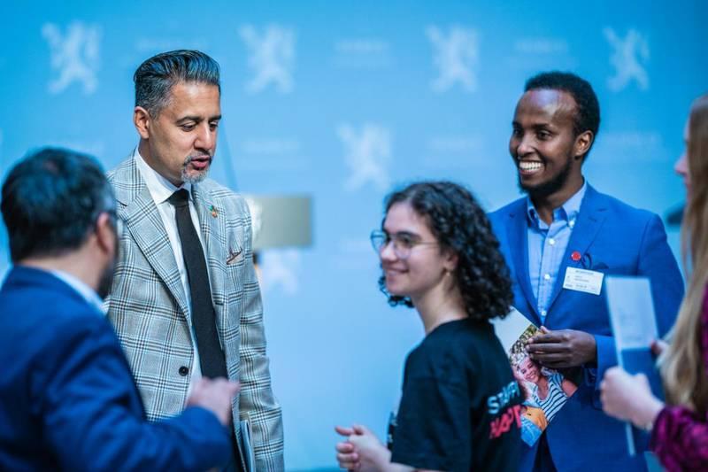 Bildet er fra lanseringen av handlingsplanen mot muslimhat. Abid Raja står og snakker med representanter fra den muslimske befolkningen i Norge.