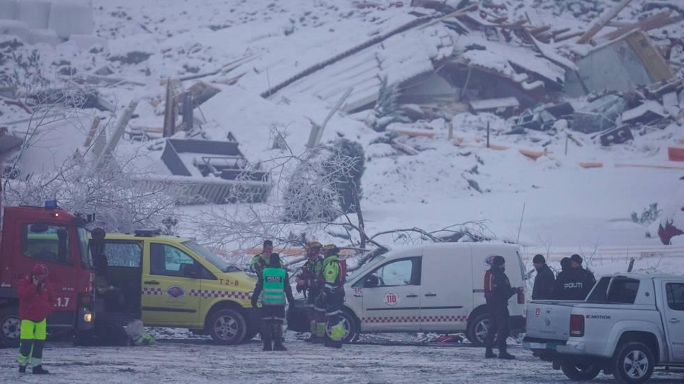 Bildet viser folk som er på plass ved skredet i Gjerdrum. De skal lete etter tre savnede og hente ut ting fra hus.