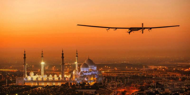 Bildet viser flyet Solar Impulse 2 som skal fly rundt jorda uten bensin.