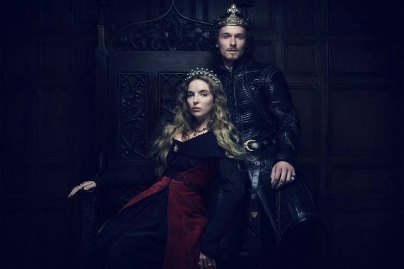 Bildet viser Jodie Comer og Jacob Collins-Levy, i rollene som dronning og konge av England.