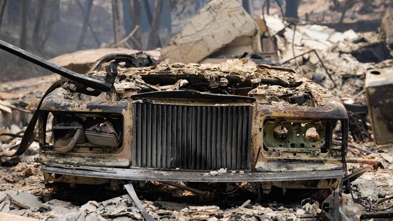 Bildet viser en brannskadd bil.