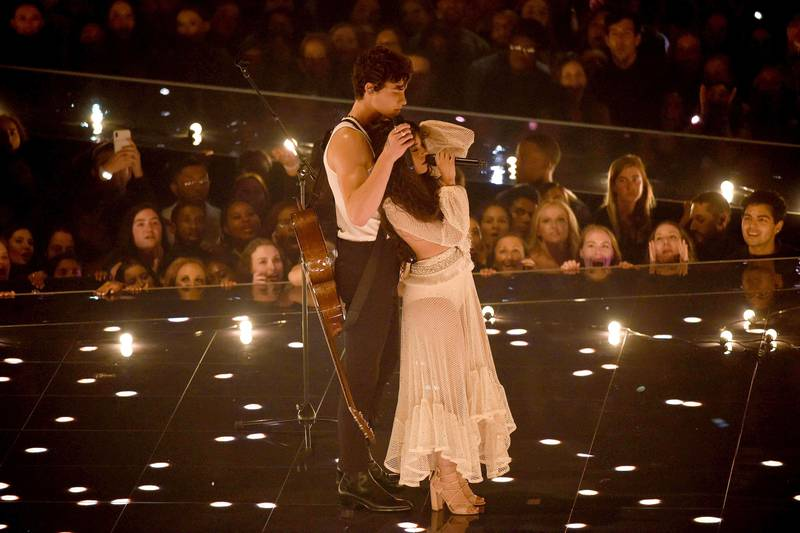 Bildet viser Shawn Mendes og Camila Cabello som synger på scenen.