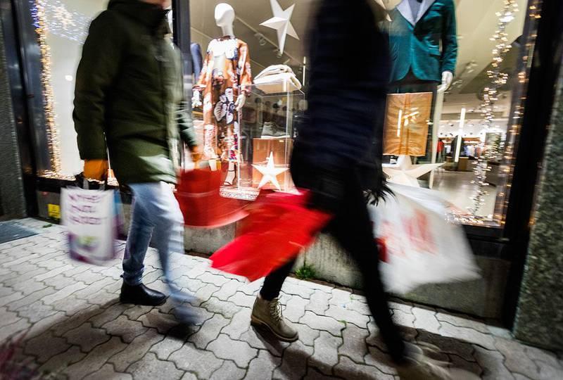 Bildet viser folk som handler. Mange vil bytte julegaver som ikke passet. Det kan være lurt å vente litt, ifølge Forbrukerrådet.