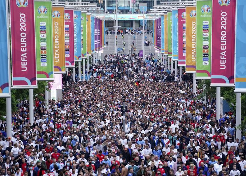 Det var ikke mye som minnet om deltasmittebølgen England står midt oppe i. Her forlater fansen Wembley etter EM-festen. Foto: Zac Goodwin / PA via AP / NTB