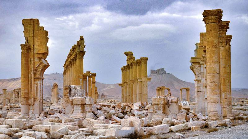 Bildet viser byen Palmyra i Syria. Det er en ruinby fra antikken.